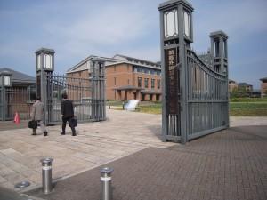 The main gates at Kansai Gaidai University